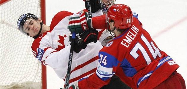 Ruský obránce Alexej Jemelin atakuje Kana�ana Johna Tavarese.