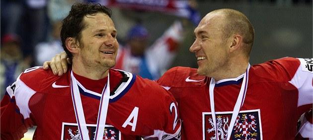 SRANDA. Obránce Karel Rach�nek (vpravo) se usmívá na spoluhrá�e Patrika Eliá�e. Na krku jim visí bronzová medaile.