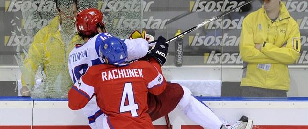 TISÍC ST�EP�. �eský obránce Karel Rach�nek se v bitv� o bronzovou medaili pomstil Jevgeniji Ar�uchinovi za atak v p�edchozím vzájemném zápase. S ruským obrem pra�til o mantinel tak drsn�, a� se vysypalo tvrzené sklo.