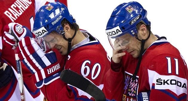 PORÁ�KA BOLÍ. Kapitán �eské reprezentace Tomá� Rolinek (60) a jeho spoluhrá�  Petr Hubá�ek se smi�ují z prohrou v semifinále.