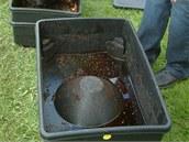 Spodn� d�l, do kter�ho odt�k� tekutina vyprodukovan� ��alami. Po z�ed�n� 1:10 se pou��v� jako v�born� hnojivo.