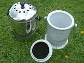 Kuchy�sk� odpad lze pr�b�n� odkl�dat do n�doby s uhl�kov�m filtrem ve v�ku.