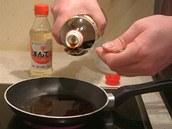 K vroucí vodě na pánvi přidejte sójovou omáčku.