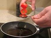 Přidejte rýžové víno mirin.