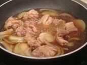 Kousky masa a cibule nechte na pánvi krátce povařit.