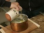 K nastrouhanému parmazánu přidejte ještě panenský olivový olej a rizoto na závěr lehce promíchejte.