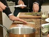 Nadrobno nakrájenou šalotku hoďte orestovat na olivový olej.
