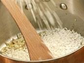 Na orestovanou šalotku hoďte rýži.
