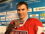 Petr Pr�cha ukazuje bronzovou medaili