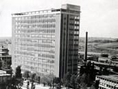 Nejvyšší budovu v Československu obdivovali návštěvníci Zlína i jeho obyvatelé. Takhle vypadal pohled na Baťův mrakodrap z obchodního domu v roce 1940.