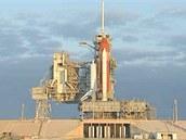 Raketoplán Endeavour dvě hodiny před startem v pondělí 16. 5. 2011.