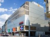 Obchodní dům Máj navrhli architekti John Eisler, Miroslav Masák a Martin Rajniš z libereckého ateliéru SIAL, který roku 1968 založil autor ještědské televizní věže Karel Hubáček.