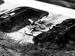 Chebské letecké dílny a letiště po bombardování v roce 1945, záběr z dokumentárního filmu Ludˇka Matějíčka.