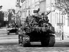 Americké tanky přijíždějí do Chebu ulicí 26.dubna k Americké škole (nazvaná tak proto, že tam byl štáb) v roce 1945. Záběr z dokumentárního filmu Luďka Matějíčka