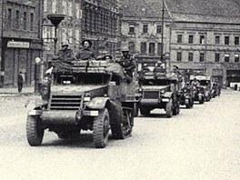 Na náměstí v Chebu přijíždí Československý kombinovaný oddíl v květnu 1945. Záběr z dokumentárního filmu Luďka Matějíčka.