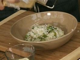 Navrch na rizoto na talíři ještě přistrouhejte parmazán.