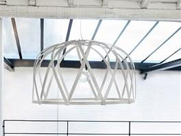 Svítidlo Strip Light. Má podobu lehkého ornamentu a stejně jako police Stix a lampy Muffins je autorka představila na přehlídce DesignBlok 2010 v rámci kolekce Connection.