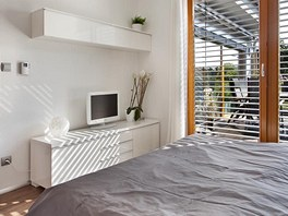 Ložnice rodičů je rovněž pojata střídmě a elegantně. Okna na slunnou stranu stíní exteriérové žaluzie. Zdroj: www.mujdum.cz