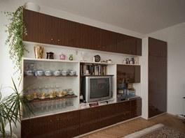 Klasická bytová stěna sloužila hlavně k vystavení pár kousků skla a porcelánu.