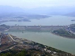 Města na dolním toku Jang-c'-ťiang si stěžují, že přehrada zadržuje příliš mnoho vody