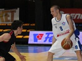 Lukáš Feštr (vpravo) z USK Praha proti Janu Lyčkovi z BCM Moravská Ostrava.