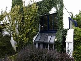 Velice zajímavou stavbou je vila režisérky Věry Chytilové v Troji. Autorem je architekt Emil Přikryl z ateliéru SIAL.