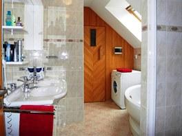 Pohled do koupelny s dvojumyvadlem a rohovou vanou.