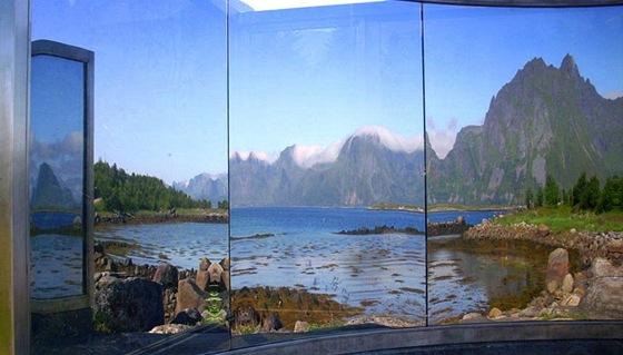 Po cel�m Norsku m�ete naj�t na ne�ekan�ch m�stech r�zn� um�leck� d�la. Kouzeln� zrcadla jsme objevili p�ed mostem na ostrov Vestvagoy.