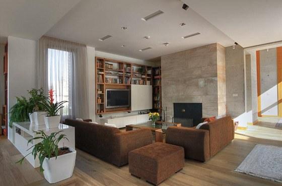Dominantu společenské zóny domu tvoří krb velký 1 x 1,2 m obložený mramorem ze Sardinie. Za pozornost stojí i na míru zhotovené dřevěné knihovny.