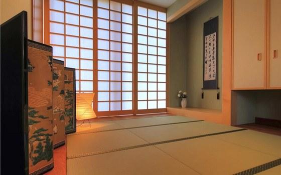 Japonský styl bydlení reprezentuje japonský meditační pokoj z jasanového dřeva, který zároveň slouží jako pokoj pro hosty. Posuvné stěny jsou opatřeny originálním rýžovým papírem z Japonska. Nechybí ani tatami či typický paraván.