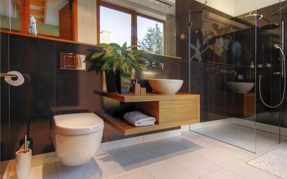 Koupelna pro hosty sousedí s japonským pokojem. Je velkoryse koncipovaná tak jako každá část domu a nabízí příjemné osvěžení v prostorném sprchovém koutu.
