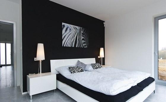 Ložnice rodičů staví na nesmrtelné černobílé kombinaci.