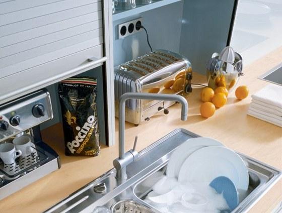 Stačí vysunout roletu a máte ihned v pohotovosti zásuvky i spotřebiče. Po zasunutí rolety máte zase vmžiku uklizeno.