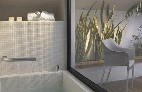 Koupelna s velkorysým prosklením je zalitá denním světlem a navíc si díky průřezům zachovala intimitu.