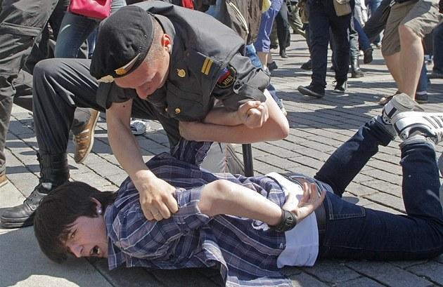 Ruský policista zatýká jednoho z ú�astník� pochodu za práva homosexuál�
