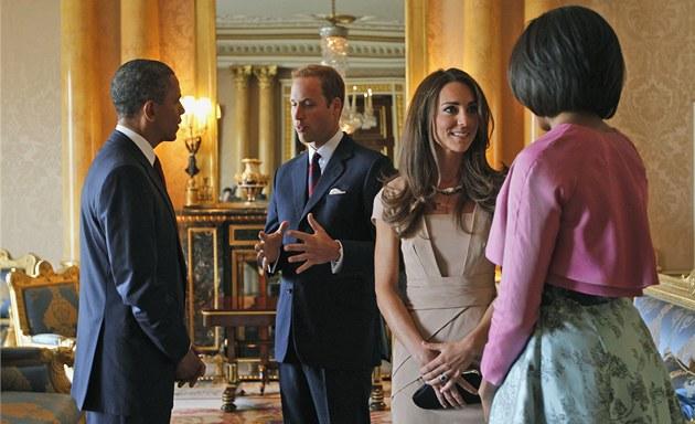 Barack Obama a jeho manželka Michelle hovoří v Buckinghamském paláci s princem Williamem a jeho chotí Catherine (24. května 2011)