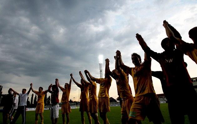 Fotbalisté pra�ské Dukly slaví postup do nejvy��í sout�e