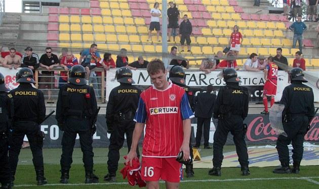 SLZY. Tomá� Borek z Brna opou�tí h�i�t� a v o�ích má slzy. Jeho tým sestupuje z první ligy.