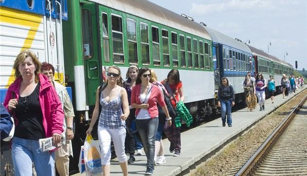 Do Ný�an budou lidé dál jezdit p�edev�ím vlakem a autobusy �SAD.