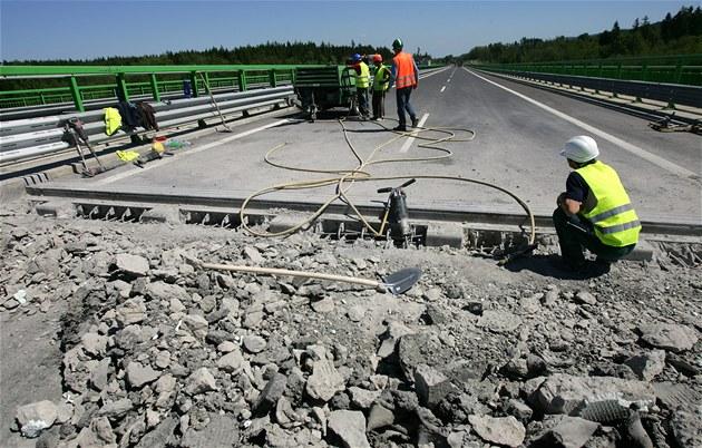 Úsek dálnice R6 mezi Tisovou a Kyn�perkem za�ali opravovat d�lníci firmy Eurovia.