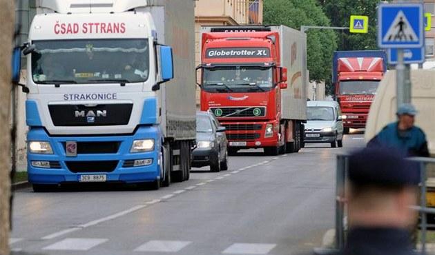 �e�tí autodopravci 29. dubna zhruba hodinu s asi stovkou kamion� protestovali v Litom��icích.