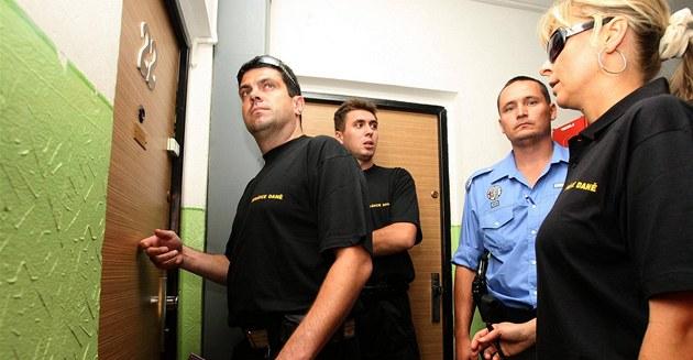 Správci dan� za asistence strá�ník� dnes vymáhali dluhy od chomutovských neplati�� (25. srpna 2009)