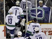 Hokejist� Vancouveru po prohran�m duelu na led� San Jose.