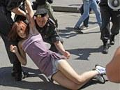 Moskevsk� policie zat�k� d�vku, kter� se z��astnila pochodu za pr�va gay�