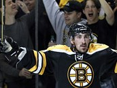 TAK KONEN! Bostonsk centr Brad Marchand (elem) vdycky dokzal pispchat s njakm dleitm glem. V srii proti Tamp Bay si ho schovval po tyi zpasy, a v tom ptm dal jeden, jemu se k vtzn - na 2:1 pi vtzstv 3:1.