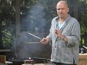 Maso na grilu zásadně obracejte kleštěmi, nepoužívejte vidličku. Když maso rozpícháte, šťáva vyteče.