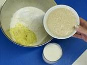 Přidejte vzešlý kvásek a spolu s mlékem zadělejte tužší pružné těsto.
