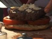 Na slaninku už můžete položit propečený burger, který posypte hoblinkami nebo kousky parmazánu.