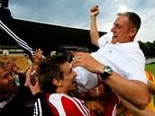 Fotbalist� pra�sk� Dukly slav� postup do nejvy��� sout�e, nad hlavy hr��� l�t� tren�r Kozel.