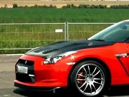 Jeden z voz� Nissan GTR, jejich� majitel� se z��astnili srazu v Panensk�m T�nci.